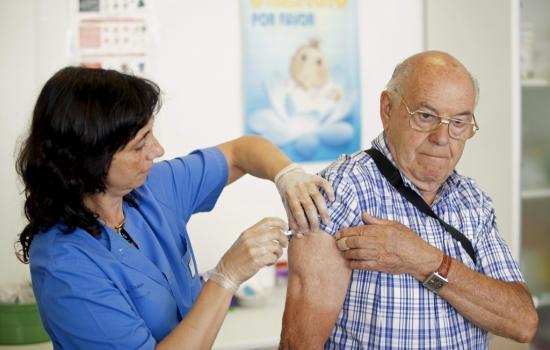 Vacunación antigripal de PAMI en la farmacia CECO